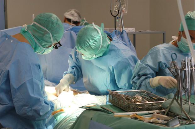 Po wszczepieniu ECMO żylno-tętniczego i ustabilizowaniu stanu pacjentki już następnego dnia lekarze przeszczepili jej oba płuca.