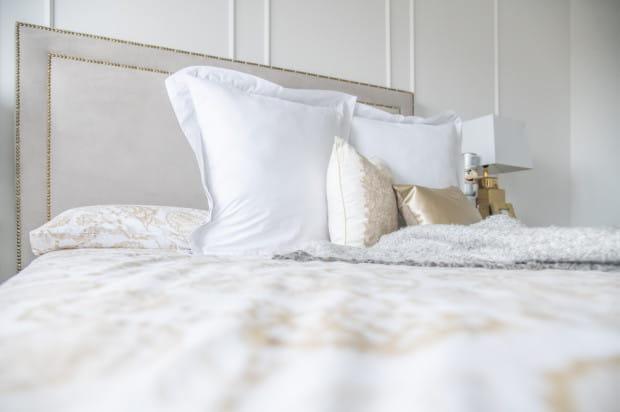 Stylistykę wnętrza odzwierciedla także aranżacja sypialni.