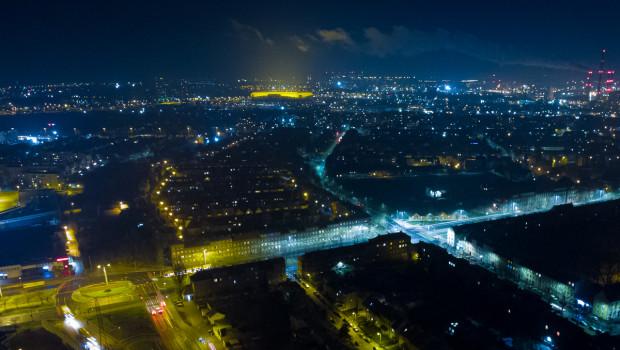 Łuna światła unosząca się nad stadionem widzialna jest z daleka.