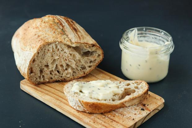 Chleb pszenny na żytnim zakwasie i twaróg smażony z czarnuszką od Babette.