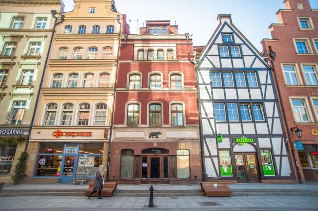 Siedziba spółki Amber Gold mieściła się w widocznej po środku kamienicy przy ul. Stągiewnej 11 w Gdańsku. Nieruchomość została sprzedana przez syndyka w lutym tego roku.