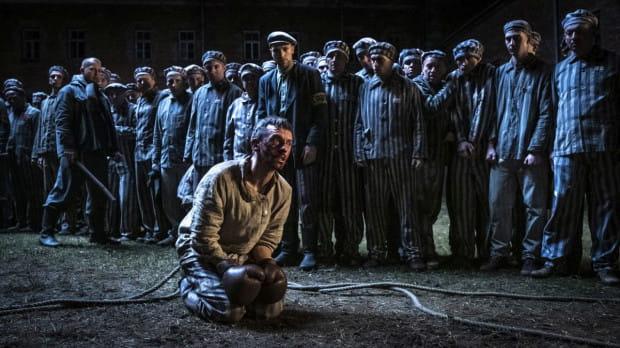 """Od pierwszych tygodni pobytu w obozie niemieccy więźniowie funkcyjni (kapo, blokowi) dla własnej przyjemności i rozrywki toczyli miedzy sobą pojedynki bokserskie, zapaśnicze i grali w piłkę. W celu uatrakcyjnienia walk szukali rywali wśród więźniów-sportowców. W KL Auschwitz pierwszą walkę bokserską Polak-Niemiec stoczył w 1941 roku Tadeusz """"Teddy"""" Pietrzykowski, a z czasem obóz stał się areną wielu walk i meczów"""