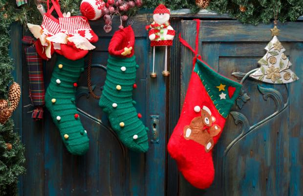 Mikołajki są przede wszystkim zapowiedzią nadchodzących świąt Bożego Narodzenia. I choć celebrowanie 6 grudnia nie jest tak uroczyste jak Gwiazdki, to jednak obie okazje łączy postać świętego Mikołaja i rytuał obdarowywania się prezentami.