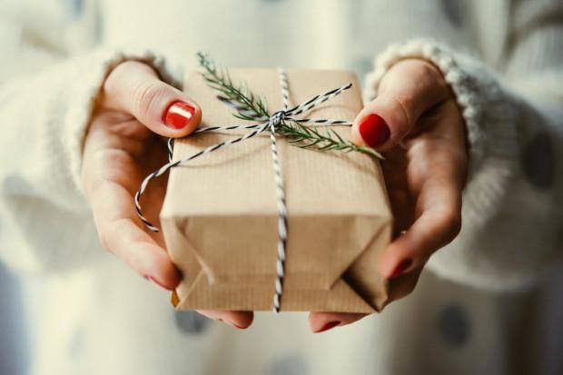 Dzieciom mikołajkowe prezenty umieszcza się w butach, dużej skarpecie czy koło łózka. Dorośli zaś często wolą wręczyć je sobie osobiści niż bawić się w spełnianie zwyczaju.