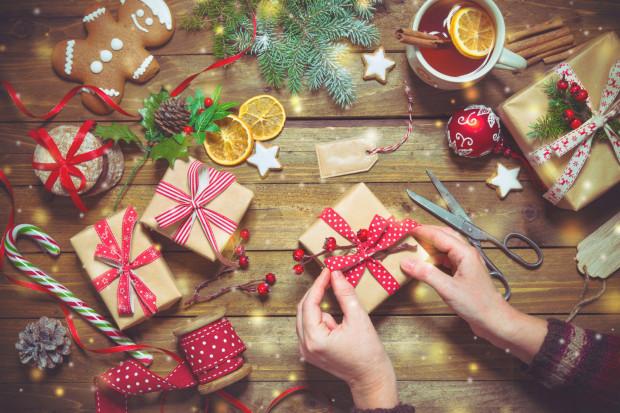 Mikołajki to dobra okazja, aby zrobić bliskiej osobie niespodziankę. Często od samego podarunku ważniejsze jest to, że ktoś o nas pamięta i chce sprawić nam przyjemność. Dlatego świetnym pomysłem na mikołajkowy prezent może być pudełko wypełnione lukrowanymi pierniczkami, słoik domowej konfitury, albo własnoręcznie wykonana ozdoba choinkowa.