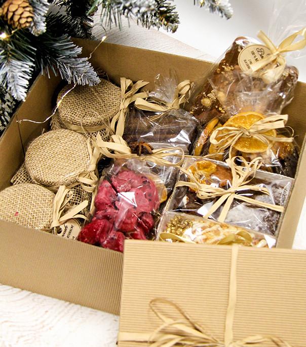 W zestawach prezentowych na święta znajdują się najróżniejsze słodycze, m.in. pierniki, czekolady i ciastka.