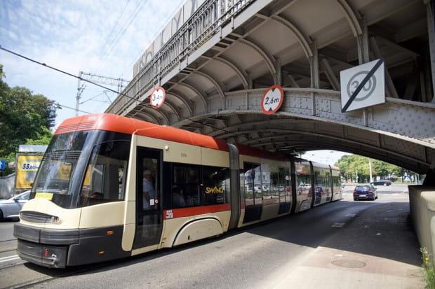 Trwają prace przy modernizacji sieci trakcyjnej pod wiaduktem na al. Hallera. W ten i kolejny weekend nie pojadą tam tramwaje.