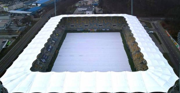 Murawa Stadionu Miejskiego w Gdyni obłożona matami ochronnymi, których koszt to wydatek około 100 tys. zł. W przyspieszonym trybie zostały sprowadzone w dniu meczu Arka Gdynia - Korona Kielce.