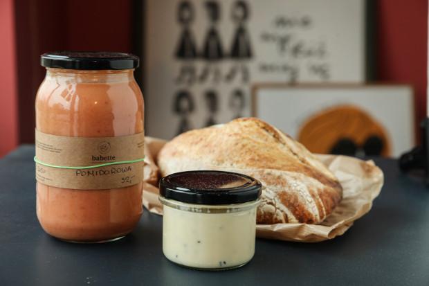 Zupa pomidorowa, chleb pszenny na żytnim zakwasie i twaróg smażony z czarnuszką od Babette.