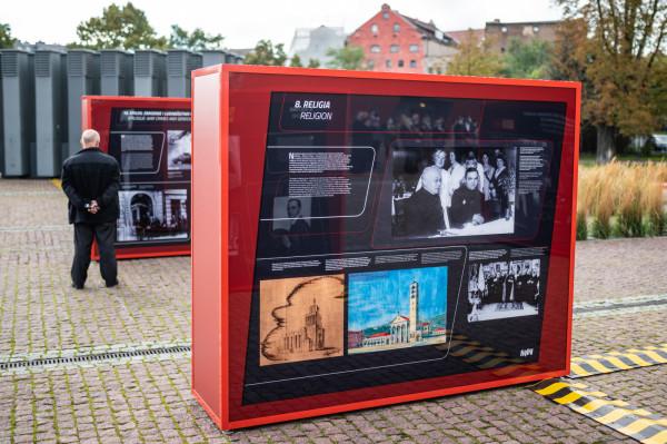 """Plenerowa wystawa """"Polacy w Wolnym Mieście Gdańsku"""" na placu przed Muzeum II Wojny Światowej."""