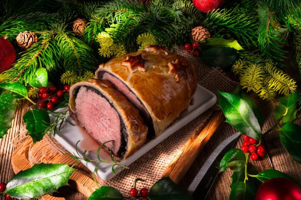 W tym roku Sztuczka Bistro, oprócz znanych i lubianych świątecznych dań, postawiła na coś ekstra: polędwicę wołową Wellington. To tradycyjna potrawa kuchni brytyjskiej. Mięso, otoczone warstwą pasztetu lub farszu grzybowego, zapiekane jest w cieście francuskim.
