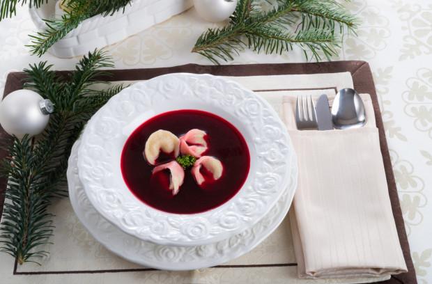 Czerwony barszcz z uszkami to jedno z tradycyjnych dań wigilijnych. W tym roku możemy je zamówić w rzadko spotykanej wersji, np. z szyjkami rakowymi wg propozycji restauracji Fino Noir.