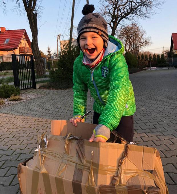 Pierwsza reakcja 9-letniego Ludwika ze śląskich Żor, gdy otrzymał przesyłkę od podchorążych - studentów Akademii Marynarki Wojennej w Gdyni.