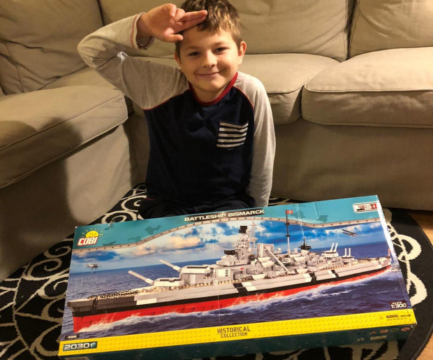 """Ludwik ze swoim modelem pancernika """"Bismarck"""" - jeszcze przed złożeniem."""