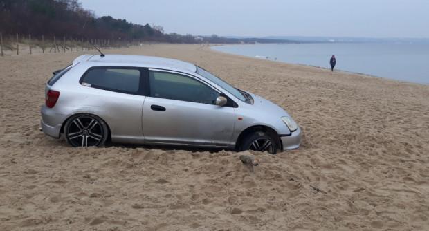 O porzuconym na plaży samochodzie policjantów powiadomili mieszkańcy.