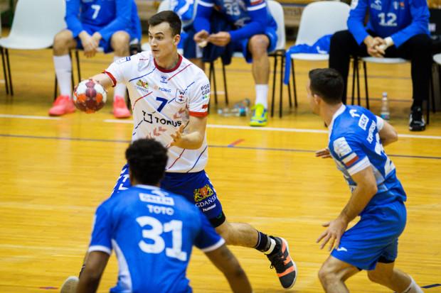 Piłkarze ręczni Torus Wybrzeża Gdańsk mieli duże kłopoty, aby sforsować defensywę Orlenu Wisły Płock. Na zdjęciu próbuje Patryk Pieczonka.