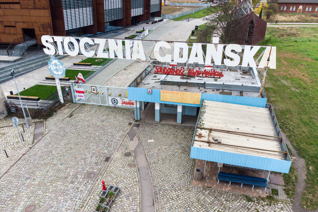 """Napis """"Solidarność"""" w języku polskim i białoruskim na bramie Stoczni Gdańskiej."""