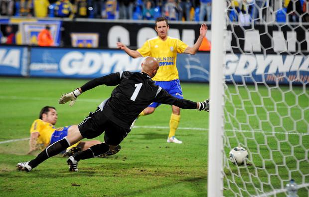 Piotr Kuklis strzela drugiego gola dla Arki w meczu z KS Polkowice. Akcje zamyka Petr Benat, autor pierwszej bramki dla gdynian w tym spotkaniu.
