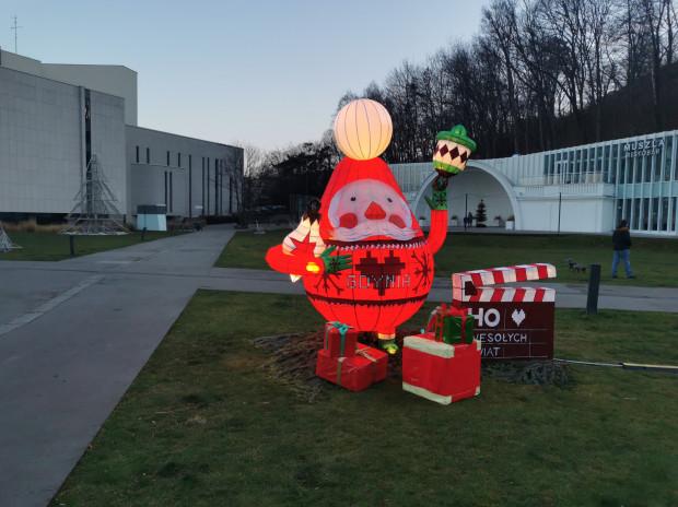 O obecności festiwalu w Gdyni tym razem informują tylko śladowe elementy na placu Grunwaldzkim, obowiązkowo w klimacie zbliżających się świąt Bożego Narodzenia.