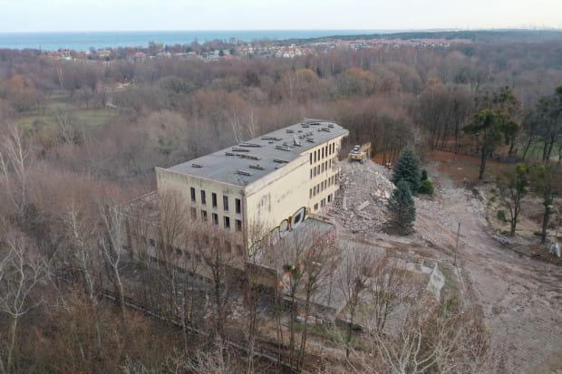 Instytut Psychologii UG został ulokowany w wyburzanym właśnie budynku po 1990 r. Funkcjonował tam do 2008 r., kiedy to został przeniesiony do nowo wybudowanego gmachu Wydziału Nauk Społecznych na terenie kampusu w Oliwie.