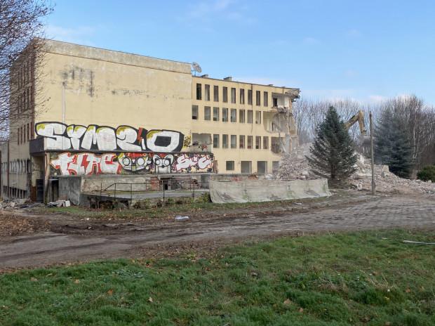 Wyburzany budynek stanowił niegdyś skrzydło dworu Konradshammer. Jego piwnice znajdują się pod stropem, który widać na pierwszym planie zdjęcia. Decyzją konserwatora zostały one wpisane do rejestru zabytków.