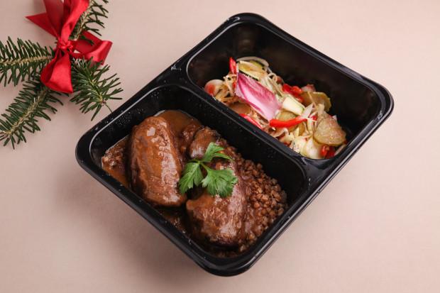 Porcja zrazów wołowych w sosie własnym z kaszą gryczaną i surówką.