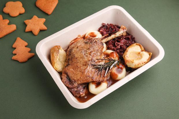Pieczone udko kaczki confit na karmelizowanej czerwonej kapuście, kluski śląskie, pieczone jabłko, domowe powidła śliwkowe od Villi Eva.