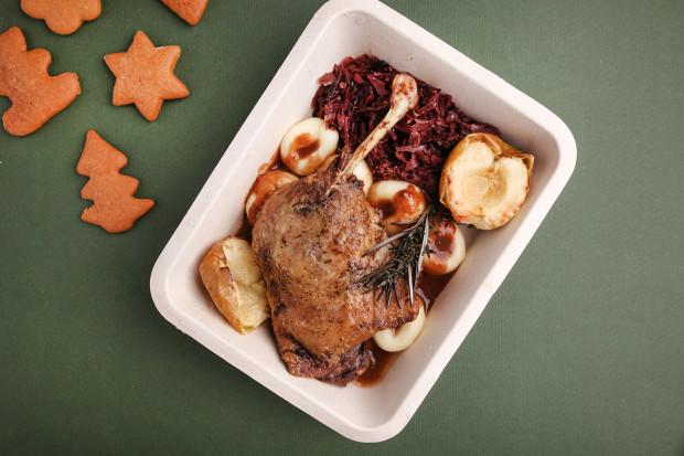 W kolejnym kulinarnym teście oceniam świąteczne cateringi z dostawą do domu. Na zdjęciu: pieczone udko kaczki confit na karmelizowanej czerwonej kapuście z kluskami śląskimi i dodatkami od restauracji Villa Eva.