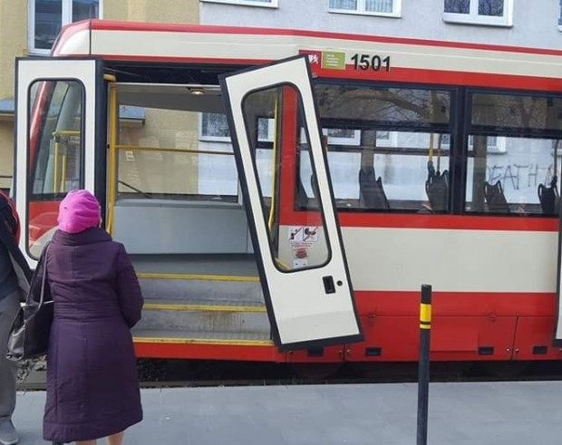 W tramwajach zdarzają się także awarie drzwi. Czytelnik uchwycił awarię linii 5.