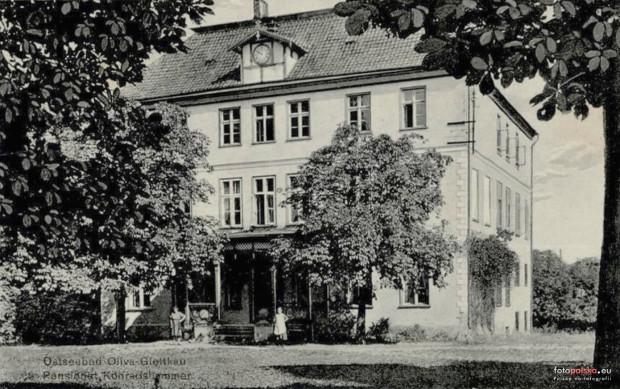 Dwór Konradshammer na zdjęciu wykonanym ok. 1910-1915 r. W latach 30. XX wieku zostało do niego dobudowane skrzydło, w którym po 1990 r. znalazła się siedziba Instytutu Psychlogii UG.