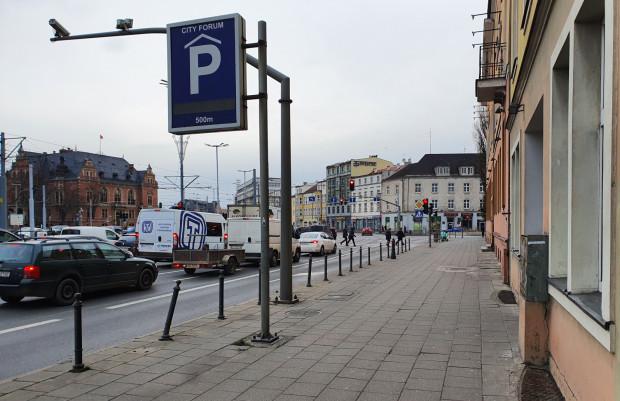 Fragment ulicy, na której brakuje miejskiej zieleni.