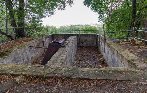 Wnętrze zbiornika w trakcie badań archeologicznych.