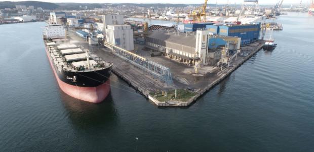 Przebudowa Nabrzeża Norweskiego bezpośrednio związana jest z projektem pogłębiania toru podejściowego  oraz akwenów Portu Gdynia.