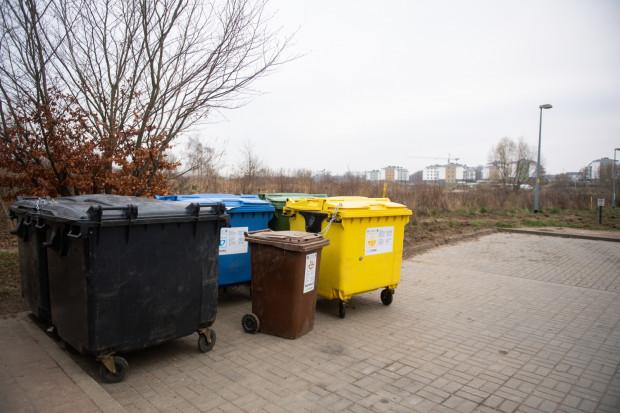Dziki wabią m.in. nieosłonięte wiatą śmietniki. Zdjęcie zostało wykonane na parkingu przy ul. Topazowej, która łączy się z ul. Ametystową.
