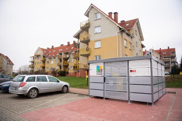 Niestety, nie wszystkie śmietniki na osiedlu zostały - jak na powyższym zdjęciu - zabezpieczone wiatą.