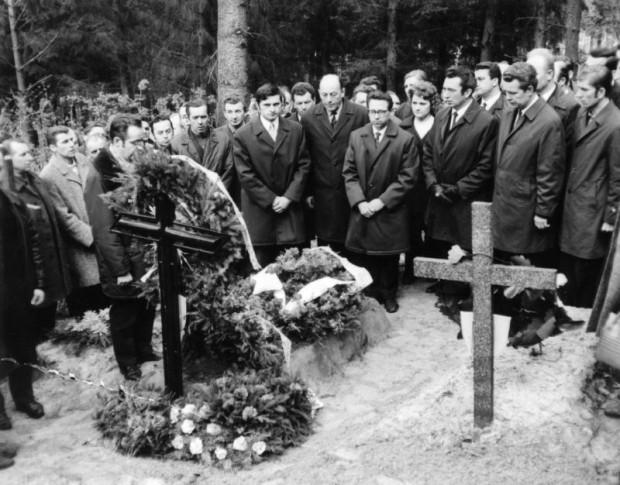 Delegacja stoczniowców gdańskich na grobie jednego z zabitych, prawdopodobnie na cmentarzu Srebrzysko. Przed grobem stoi Henryk Lenarciak (w okularach).