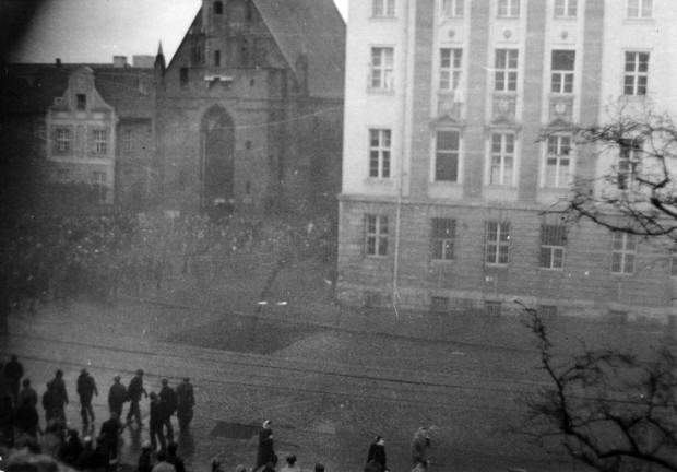 Podpalanie Komitetu Wojewódzkiego PZPR od strony kościoła św. Elżbiety. 15 grudnia 1970 r.