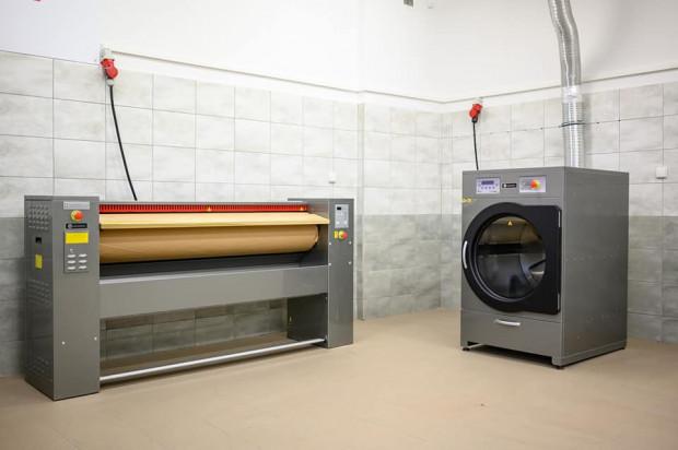 W pralni stoją m.in. pralka, suszarka oraz magiel.