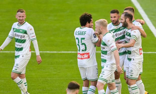 Lechia Gdańsk musi przebudować centrum drugiej linii, gdyż Jarosław Kubicki (pierwszy z lewej) nie zagra w najbliższym meczu, a Tomasz Makowski (trzeci z lewej) opuści aż trzy kolejki.