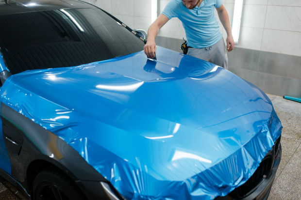 Kompleksowe oklejanie auta folią nie należy do usług tanich. Ale nie trzeba od razu oklejać całego nadwozia.