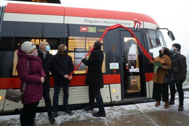 Uroczystość odsłonięcia nazwisk Zbigniewa i Macieja Kosycarzy, patronów kolejnego gdańskiego tramwaju, odbyła się w piątek rano na pętli tramwajowej na Chełmie.