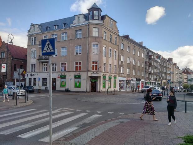 Rondo u zbiegu ulic Podmłyńskiej, Podwala Staromiejskiego i Pańskiej w centrum Gdańska. Niedaleko znajduje się kamienica, w której mieszkali i pracowali Zbigniew i Maciej.