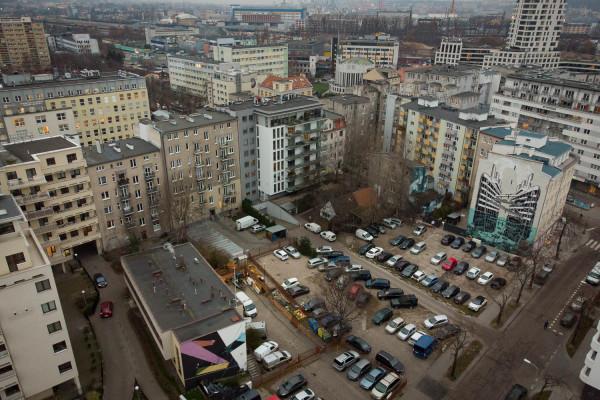 Na działce przy ul. Stefana Żeromskiego w Gdyni dziś mieści się parking. Deweloper będzie mógł tu wybudować mieszkania i lokale usługowe.