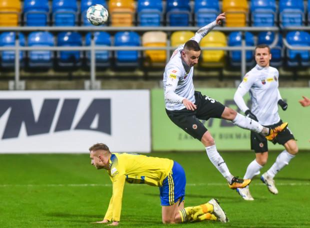 Arka Gdynia rundę wiosenną zakończyła dwoma remisami z rzędu. Na zdjęciu Bartosz Kwiecień i Przemysław Stolc, wychowanek UKS Cisowa Gdynia, a w latach 2010-17 piłkarz żółto-niebieskich.