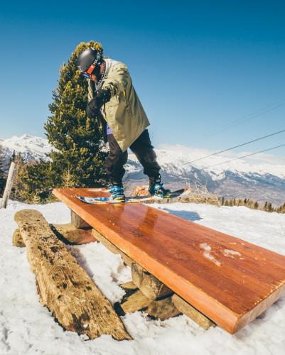 """Zimą DJ NoZ stawia też na snowboard. To jego kolejna z """"deskowych"""" pasji."""