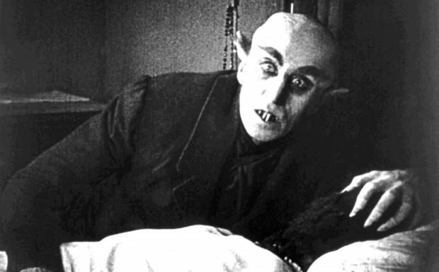 """""""Nosferatu - symfonia grozy"""" niemieckiego reżysera F.W. Murnaua nawet dziś przewyższa sporą część współczesnych filmów grozy. Jego największymi atutami są nieprzewidywalna historia oraz realizm oglądanych scen, które wywołują przerażenie i niepewność. Nie bez powodu ówcześni widzowie uwierzyli, że aktor grający tytułową postać naprawdę jest wampirem."""