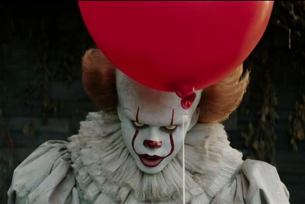 """""""To"""" plasuje się w ścisłej czołówce najlepszych ekranizacji dzieł Stephena Kinga, a zarazem w gronie najciekawszych horrorów. Strach przyjmuje tu formę demonicznego klauna, który terroryzuje mieszkańców prowincjonalnego miasteczka Derry."""