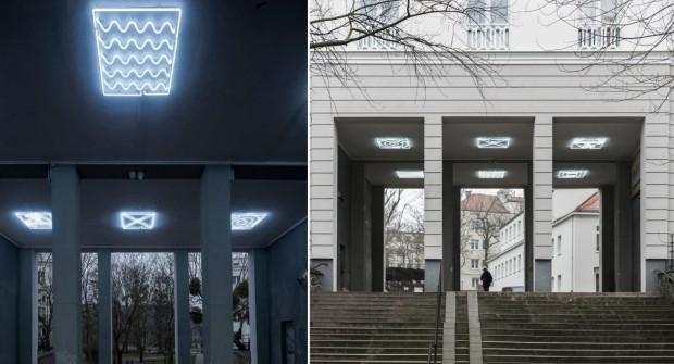 Neon ma rozjaśnić ponurą przestrzeń w okolicach miejskiej biblioteki.