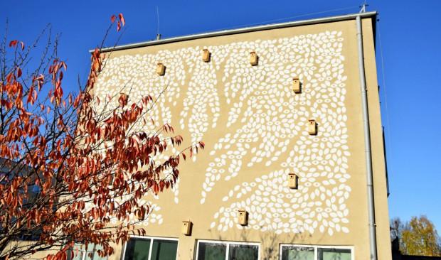 Mural z budkami dla ptaków.