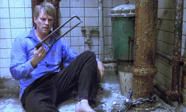 """""""Piła"""" Jamesa Wana to jeden z najokrutniejszych i najbardziej przerażających horrorów ostatnich lat. Film doczekał się licznych sequeli."""